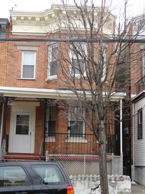 East ELMHURST, NY 10 Rooms 2 Families, Townhouse (4 bed. 2 bath.)