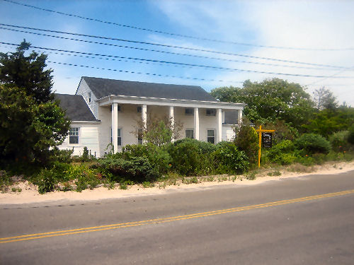 SOUTHOLD, NY 14 Rooms 4 Families, Colonial (6 bed. 4 bath.)